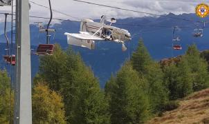 Espectacular accidente de un ultraligero contra el cable de un telesilla en Italia