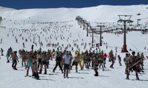 Más de 500 esquiadores participan en la bajada en bañador de Sierra Nevada