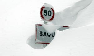 Señal de acceso a Baqueira tapada por la nieve