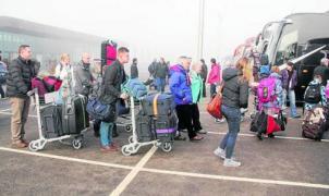 Imagen de los primeros turistas de la temporada subiendo a los autobuses dirección Andorra