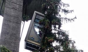 La cabina de un teleférico con 10 pasajeros choca con una pilona en una estación de esquí