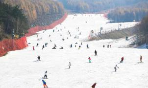 Las estaciones de esquí chinas de Beijing empiezan a abrir pistas y remontes pensando en los JJ. OO.