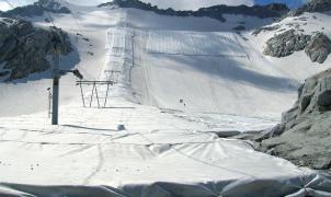 Cubren el glaciar Presena con lonas para salvarlo. La operación cuesta 420.000 euros y da resultados