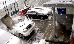 Vídeo: Por los pelos... Cuando limpiar la nieve de tu coche te puede costar la vida