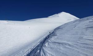 Los centros de esquí de Chile abren con mucha nieve y muchas dudas