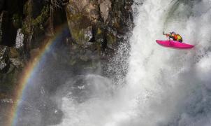 Vídeo: Dane Jackson realiza una de las caídas más bestias en Kayak del siglo