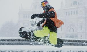 Ripe épico del León por las calles de Madrid, pero esta vez en snowbard