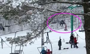 Vídeo: Rescate en el telesilla de una joven esquiadora en Estados Unidos