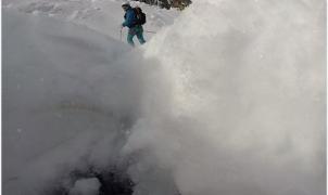 Snowboarder engullido por una grieta de 5 metros de profundidad en el hielo