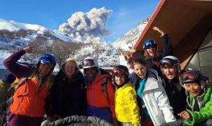 El volcán Nevados del Chillán entra en erupción y los esquiadores siguen en pistas