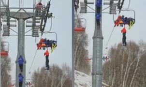 Vídeo: Un esquiador en China se cuelga dramáticamente de un telesilla y finalmente cae