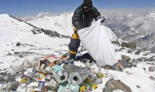 Recogidas once toneladas de basura y cuatro cuerpos en la limpieza del Everest