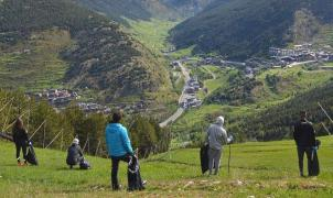 Los corredores de la FAE recogen basura en Soldeu en el Día Mundial del Medio Ambiente