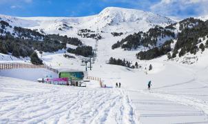 Susto en Grandvalira: caída de unos esquiadores de un telesilla sin consecuencias