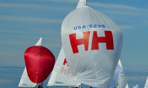 Diseño náutico inspirado en las regatas, descubre los polos técnicos de Helly Hansen