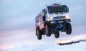 Un camión ruso Kamaz vuela sobre la nieve y el hielo del ártico ruso