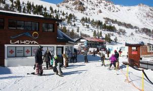 Tras el incendio de la confitería reabrió el centro de esquí La Hoya