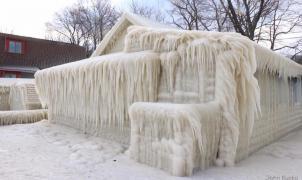 Los Grandes Lagos de Norteamérica sufren un viento capaz de congelar casas con una ráfaga
