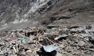 Hallan un centenar de cuerpos bajo la nieve y el lodo de la avalancha que arrasó Langtang