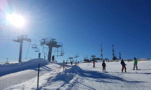 Los esquiadores gallegos estrenan la temporada de esquí de Manzaneda con sol y nieve
