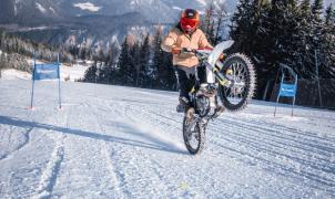 Marcel Hirscher se pasa a las motos y ya vuela rodando por la nieve con una Husqvarna