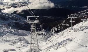 Las primeras nevadas animan los preparativos para el arranque de la temporada de esquí en Argentina