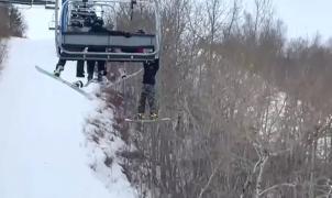 Un niño colgado de un telesilla tras resbalar del asiento en una estación de esquí canadiense