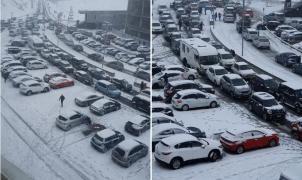 La gran afluencia de turistas y la nieve colapsan el Pas de la Casa durante unas horas