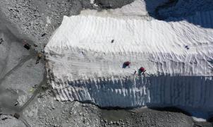 Retiran las lonas que protegen el glaciar de Presena del derretimiento