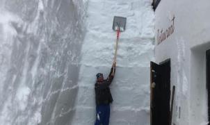 Ocho metros de nieve para abrir la puerta del refugio Toni Demetz de las Dolomitas