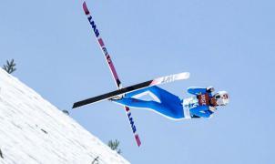 Espeluznante accidente de un saltador de esquí en pleno vuelo y a 100 km/h