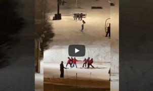 Angustioso vídeo del rescate de una esquiadora que se quedó colgando de un telesilla en Bristol