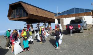 Vídeo: Más de un centenar de trabajadores de Cetursa y voluntarios limpian Sierra Nevada