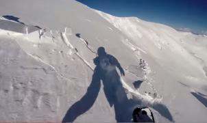 Estremecedora grabación de un snowboarder engullido por un alud