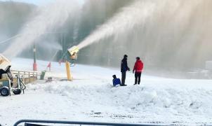 Primer día de esquí en Australia con forfaits agotados y la prohibición de lanzar bolas de nieve