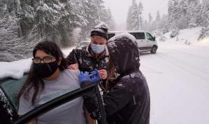 Vacunación exprés a conductores atrapados en la nieve para evitar que se estropeen las dosis