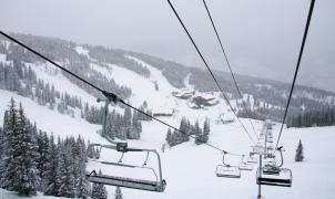 Un esquiador muere asfixiado por su abrigo al caer de un telesilla en Vail