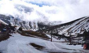 Las lluvias se llevan la nieve de Valdesquí, Navacerrada y La Pinilla y tienen que cerrar