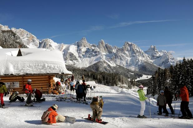 Aspecto de un refugio nevado en Alta Badia, Dolomitas