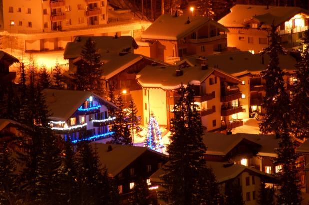 Vista del pueblo de Arosa por la noche