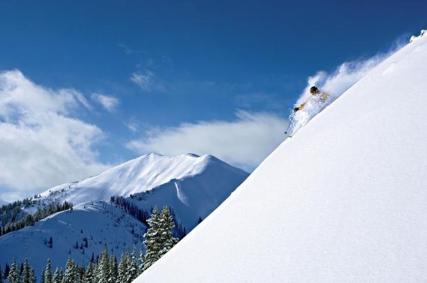 Descenso freerider en Aspen, con la montaña de Higdlan Peak al fondo