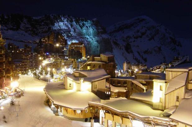 Vista nocturna de la estación de Avoriaz en la Alta Saboya