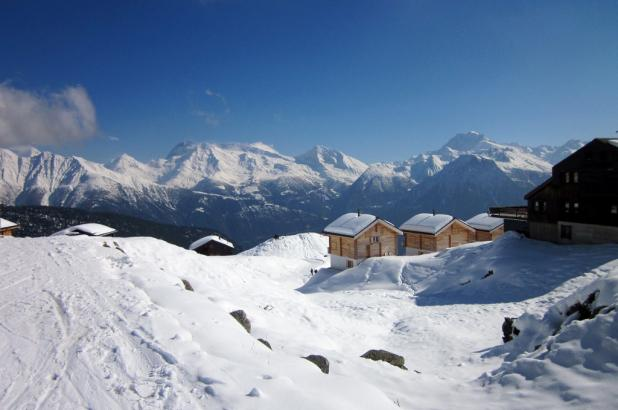 Vista del pueblo desde la estación de Belap con montañas de fondo