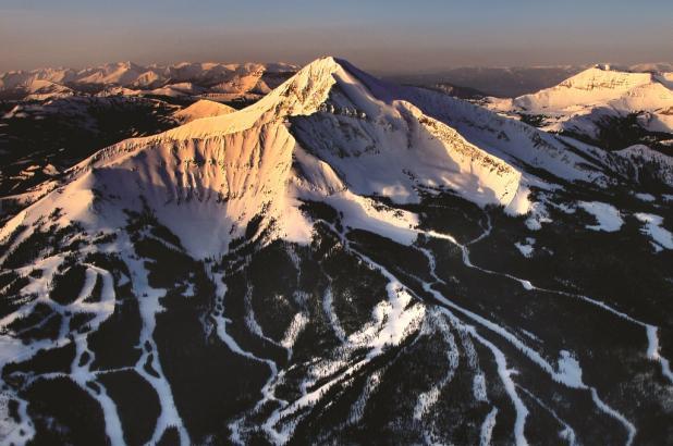 Magnífica panorámica aerea, de la estación de esquí de Big Sky Montana