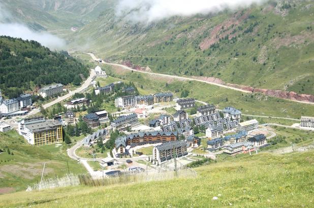 Vista del núcleo urbano de Candachú en verano
