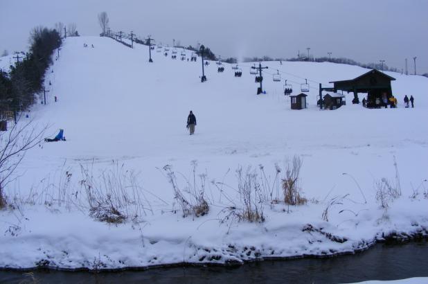 Día nublado de esquí en Cannonsburg