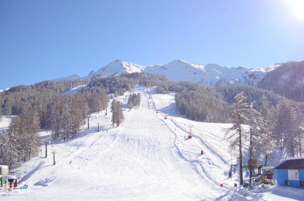Día soleado de esquí en Chiomonte Frais