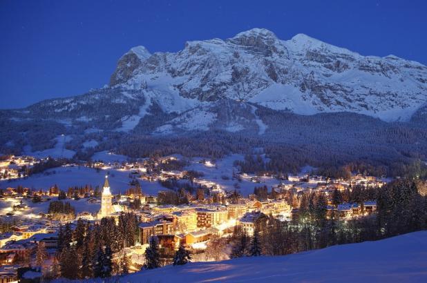 Maravilloso aspecto nocturno de Cortina d'Ampezzo