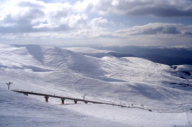 Vista de Cairngorm Mountain y el funicular.