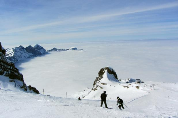 Esquiando sobre el glaciar en titlis a 3000m